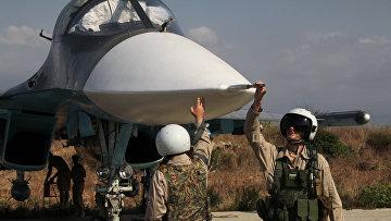 Российские пилоты самолета Су-34 на авиабазе Хмеймим в Сирии. Архивное фото