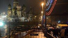 На месте убийства политика Бориса Немцова, который был застрелен на Москворецком мосту