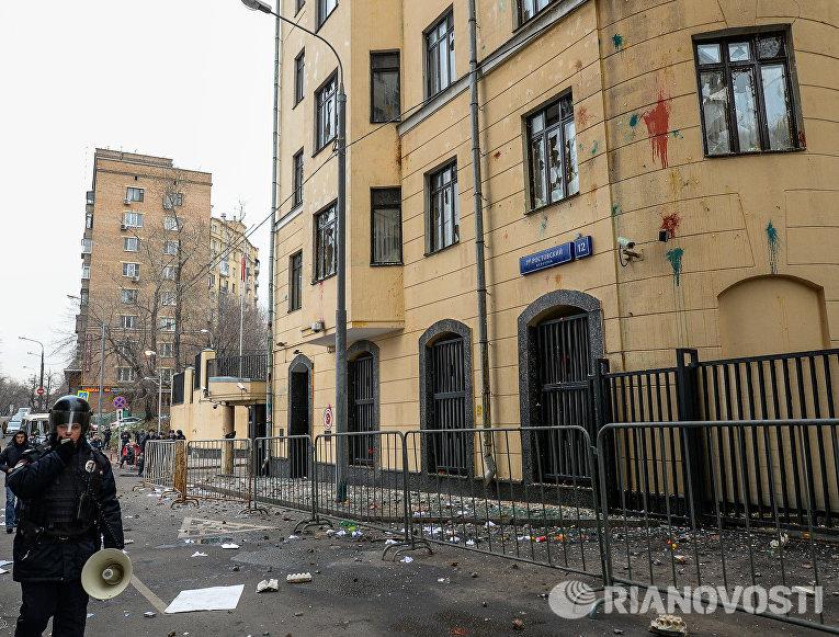 Сотрудник полиции у здания посольства Турции в Москве, где проходит акция протеста против действий Военно-воздушных сил Турции