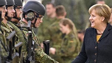 Канцлер Германии Ангела Меркель во время визита в военный медицинский центр в Леере, Германия. Архивное фото