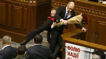 Депутат Олег Барна пытается удалить премьер-министра Арсения Яценюка с трибуны во время заседания парламента в Киеве