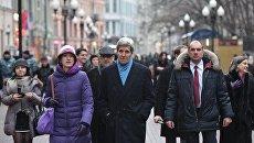 Госсекретарь США Джон Керри во время прогулки по Арбату