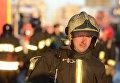 Пожарные и спасатели МЧС работают в центре Москвы на Новослободской улице, где произошел пожар в здании культурного центра ГУ МВД РФ