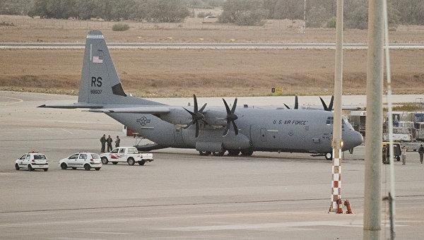 Американский военно-транспортный самолет C-130 Hercules в аэропорту Триполи, Ливия. Архивное фото