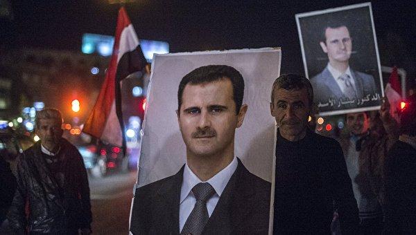 Жители Дамаска встречают военнослужащих Сирийской арабской армии (САА), участвовавших в снятии блокады с авиабазы Квейрис в провинции Алеппо. Архивное фото