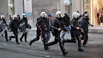 Столкновения протестующих с полицией. Архивное фото
