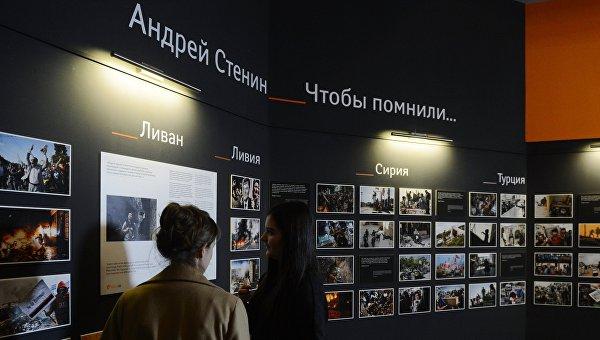 Сотрудники МИА Россия сегодня у экспозиции фотографий корреспондента Андрея Стенина