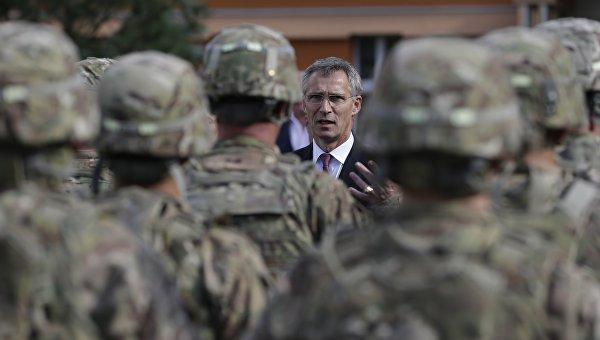 Генсек НАТО Йенс Столтенберг во время встречи с американскими военными в Праге, Чехия. Архивное фото