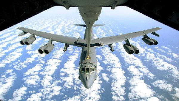 Американский стратегический бомбардировщик B-52 во время дозаправки. Архивное фото