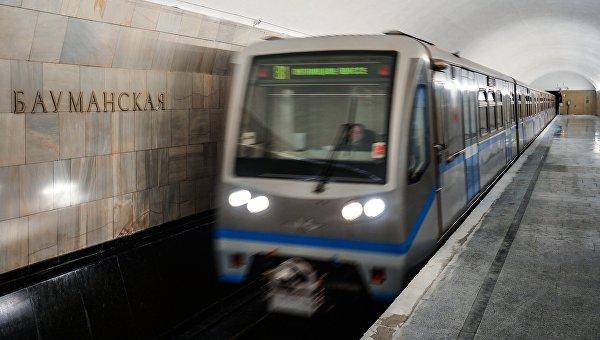 Поезд на станции Бауманская Арбатско-Покровской линии Московского метрополитена. Архивное фото