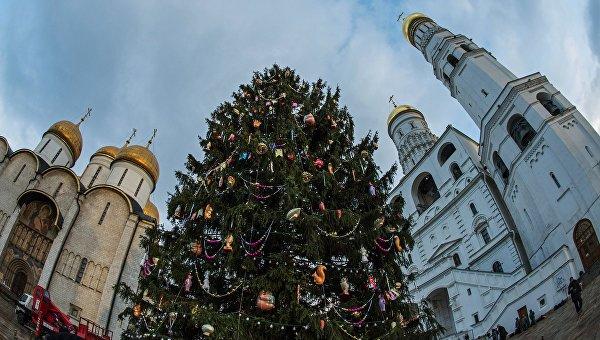 Новогодняя елка на Соборной площади Кремля в Москве. Архивное фото