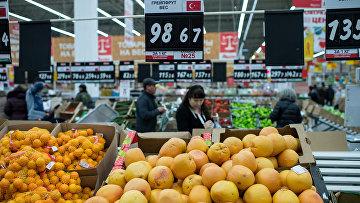 Жители Омска покупают турецкие фрукты в одном из магазинов города. Декабрь 2015