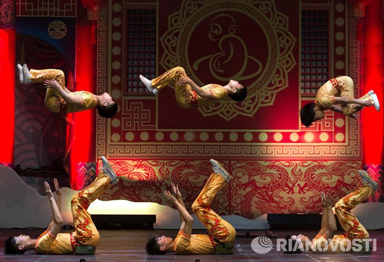 Выступление акробатической труппы Цзинань китайского цирка в Санкт-Петербурге