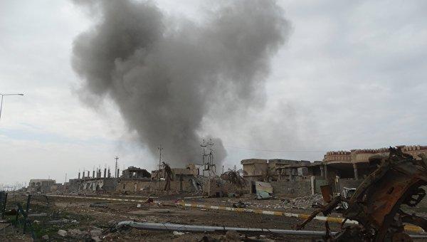 Дым над одним из домов в городе Эр-Рамади, провинция Анбар