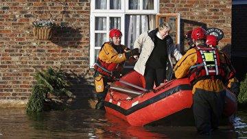 Эвакуация жителей из затопленных районов в городе Тадкастер, Великобритания