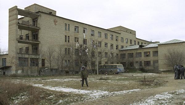 Больница в Кизляре после ухода боевиков С. Радуева с заложниками. Архив