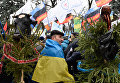 Участники акции протеста, собравшиеся у здания Верховной рады в Киеве, выступают против изменений в налоговом законодательстве
