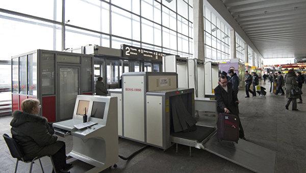 Пассажиры Курского вокзала пропускают свой багаж через сканер в досмотровых зонах. Архивное фото