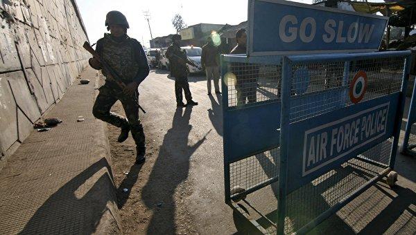 Сотрудники службы безопасности Индии на авиабазе в Патханкоте