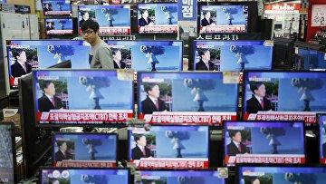 Человек в Сеуле смотрит новости о проведении в КНДР испытания ядерной бомбы