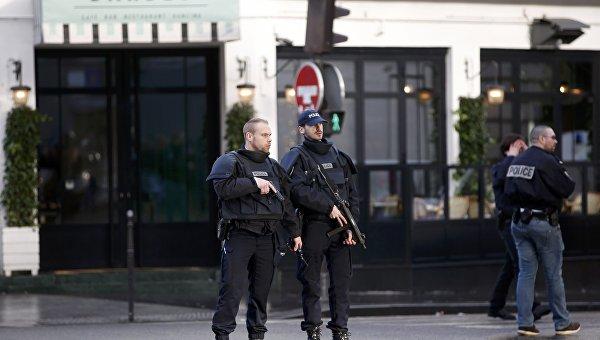 Полицейские у здания комиссариата полиции в 18 округе Парижа, 7 января 2016