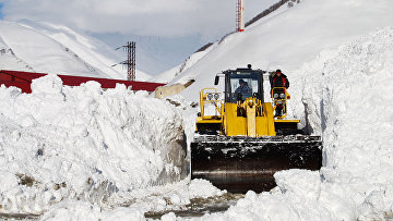 Расчистка снежных завалов на Транскавказской автомагистрали. Архивное фото