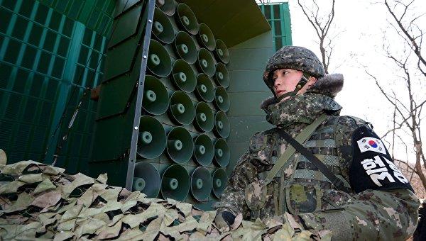 Южнокорейский военнослужащий готовит громкоговорители для пропагандистского вещания на границе с КНДР, 8 января 2016