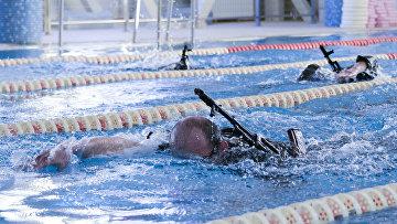 Моряки ТОФ провели соревнования по плаванию с автоматом Калашникова