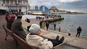 Местные жители отдыхают на набережной в Севастополе. Архивное фото