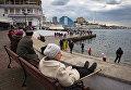 Местные жители отдыхают на набережной в Севастополе