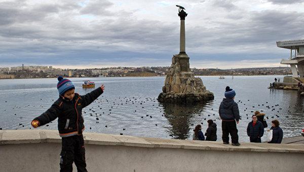Ребенок прыгает с парапета набережной в Севастополе. Архивное фото