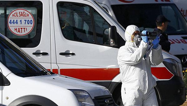 Сотрудник полиции на месте взрыва в Стамбуле