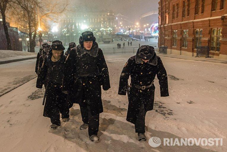 Курсанты во время снегопада в Кремлёвском проезде в Москве