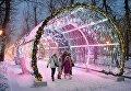 Прохожие во время снегопада на Тверском бульваре в Москве