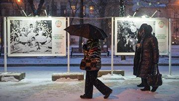 Прохожие во время снегопада на Тверском бульваре в Москве. Архивное фото