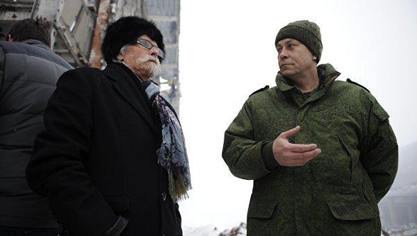 Заместитель командующего штабом ополчения Донецкой народной республики Эдуард Басурин (справа) и представитель французской делегации во время посещения Донецкого аэропорта