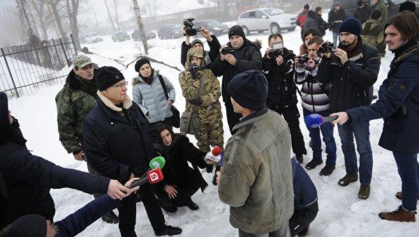 Житель поселка Октябрьский в пригороде Донецка отвечает на вопросы представителей французской делегации