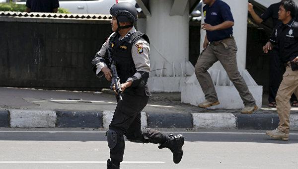 Полиция Индонезии на месте взрыва в Джакарте. 14 января 2016