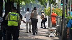 Индонезийские полицейские на месте взрыва в Джакарте. 14 января 2016