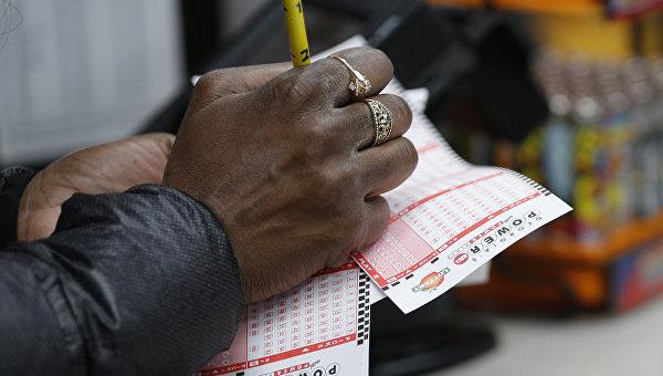 Мужчина проверяет лотерейные билеты Powerball. Архивное фото