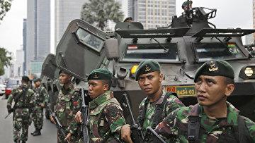 Военные Индонезии возле места взрыва в Джакарте. Архивное фото
