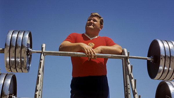 Двукратный олимпийский чемпион по тяжелой атлетике, чемпион мира и Европы, неоднократный чемпион СССР Леонид Жаботинский. Архивное фото