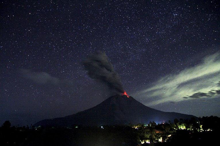 Извержение вулкана Синабунг на острове Суматра, Индонезия