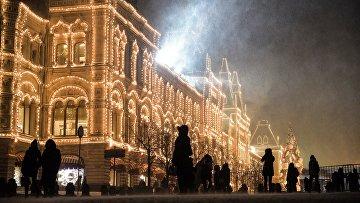 Прохожие во время снегопада на Красной площади в Москве. Архивное фото
