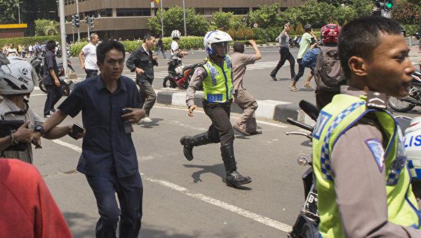 Полиция возле места взрыва в Джакарте