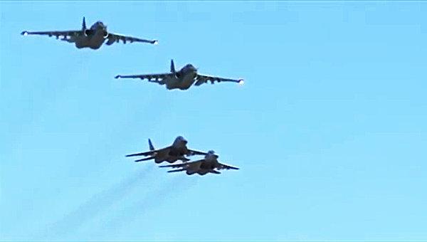 Боевые вылеты самолетов Су-25 ВКС России с авиабазы Хмеймим в сопровождении сирийских самолетов МиГ-29.Архивное фото
