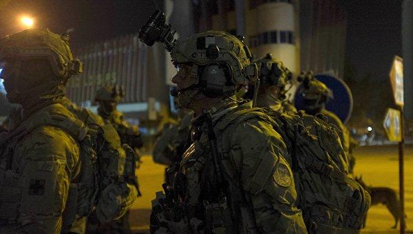 Французские и американские солдаты у отеля Splendid Hotel в Уагадугу, 16 января 2016