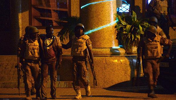 Силы безопасности Буркина-Фасо у захваченного отеля в Уагадугу, 16 января 2016