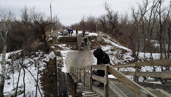 Пункт пропуска на линии соприкосновения в Донбассе. Архивное фото