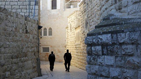 Израильские полицейские на территории аббатства Дормицион, на стенах которого были обнаружены антихристианские надписи. 17 января 2016